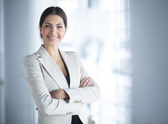 クレジットカード現金化について解説する女性